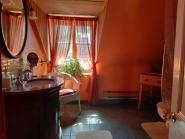 Salle de bain avec baignoire ancienne sur pattes et douche